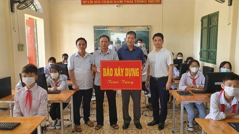 Trao tặng máy vi tính cho trường THCS thị trấn Ninh Giang