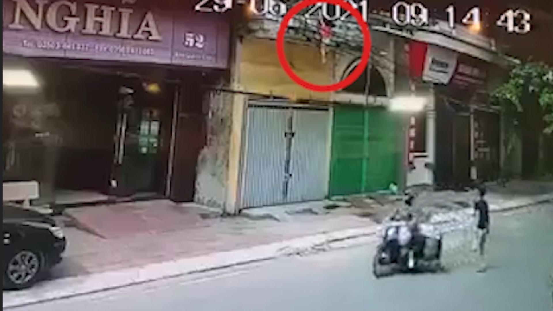Camera ghi cảnh người đàn ông đỡ bé gái rơi từ tầng 2