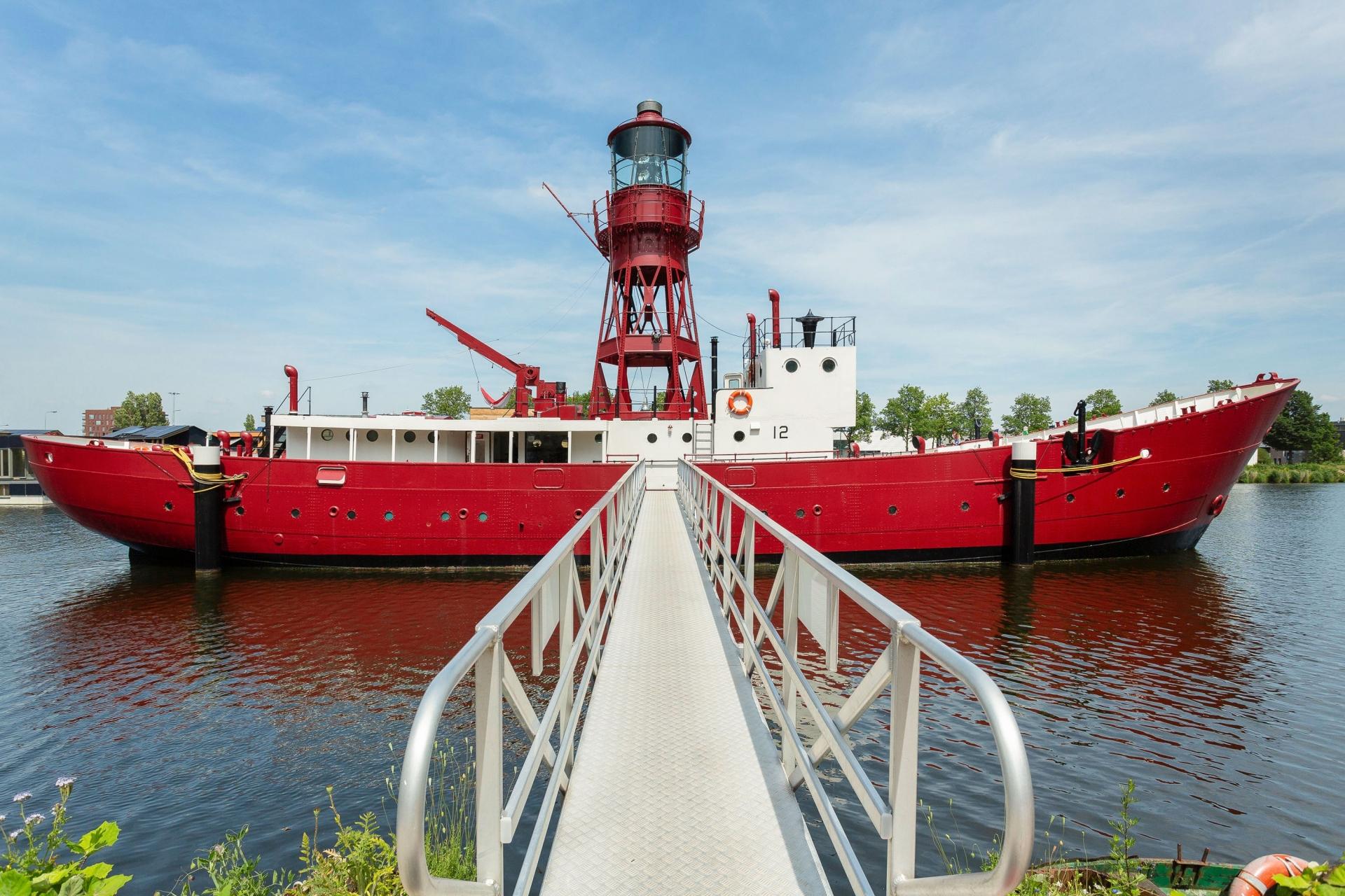 Khách sạn đẳng cấp bên trong con thuyền hải đăng 70 năm tuổi