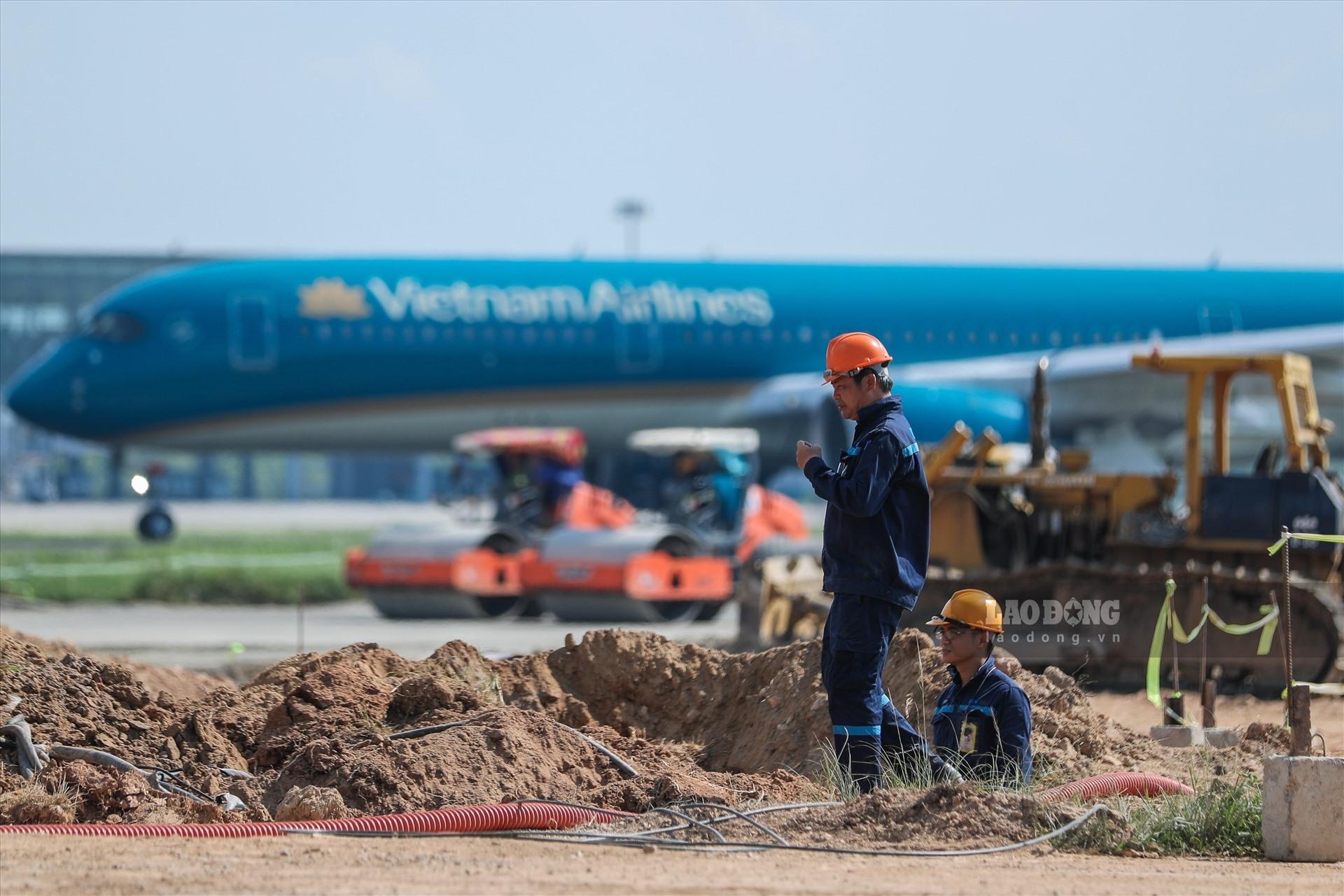 Sửa đường băng sân bay: Công nhân đội nắng 60 độ C chạy đua với thời gian