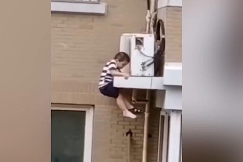 Cậu bé 2 tuổi rơi xuống từ căn hộ tầng 5 ở Trung Quốc
