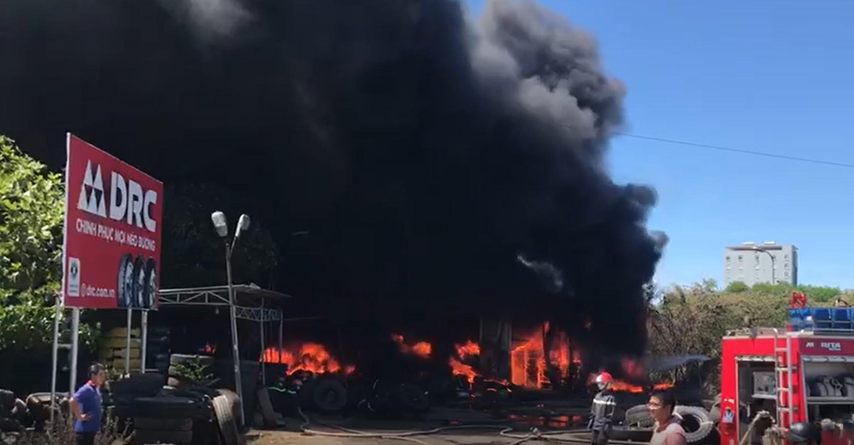 Cột khói cao hàng trăm mét ở vụ cháy kho chứa lốp ôtô
