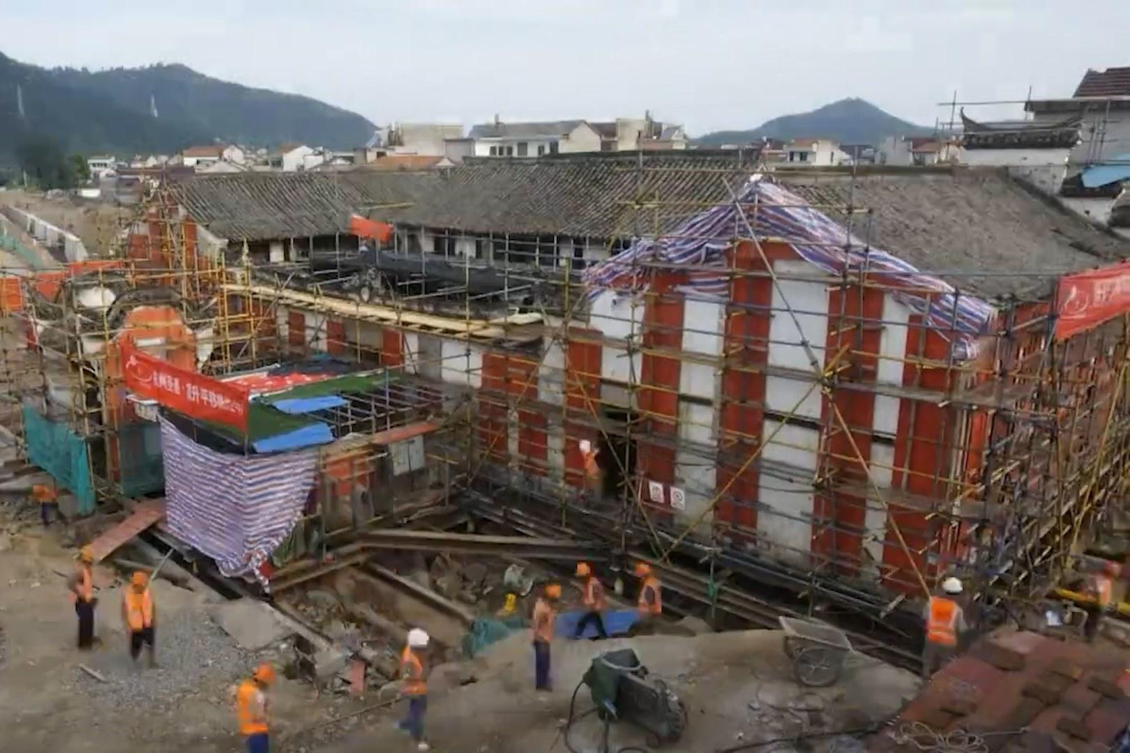 Di dời tòa nhà 100 năm tuổi khỏi dòng nước lũ ở Trung Quốc