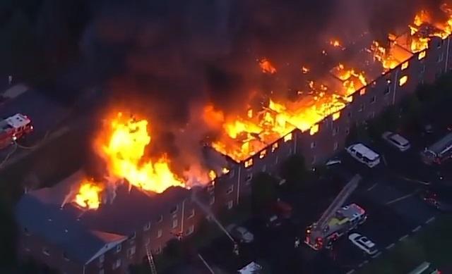 Chung cư 3 tầng bốc cháy ngùn ngụt ở Mỹ