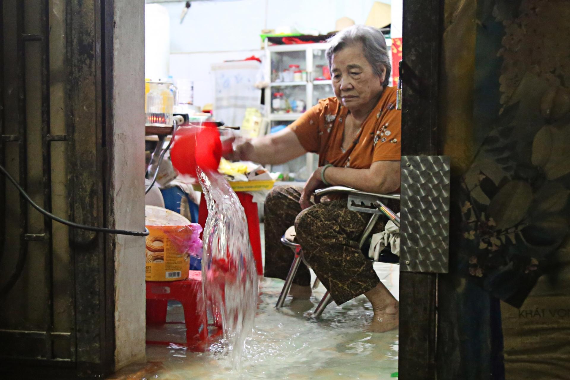 Nước ngập vào nhà, người dân Thảo Điền trắng đêm tát