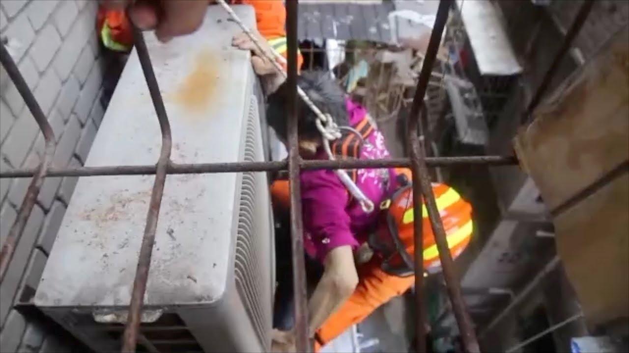 Lính cứu hộ Trung Quốc đu dây, cứu bà cụ 80 tuổi ngã từ tầng 5