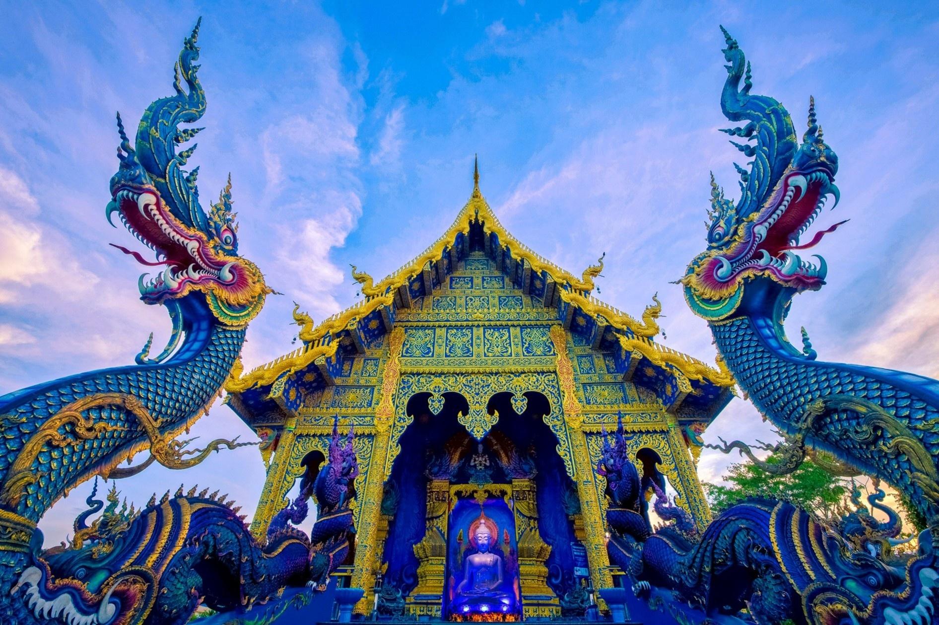 Ngôi chùa dát vàng phủ màu xanh từ trong ra ngoài