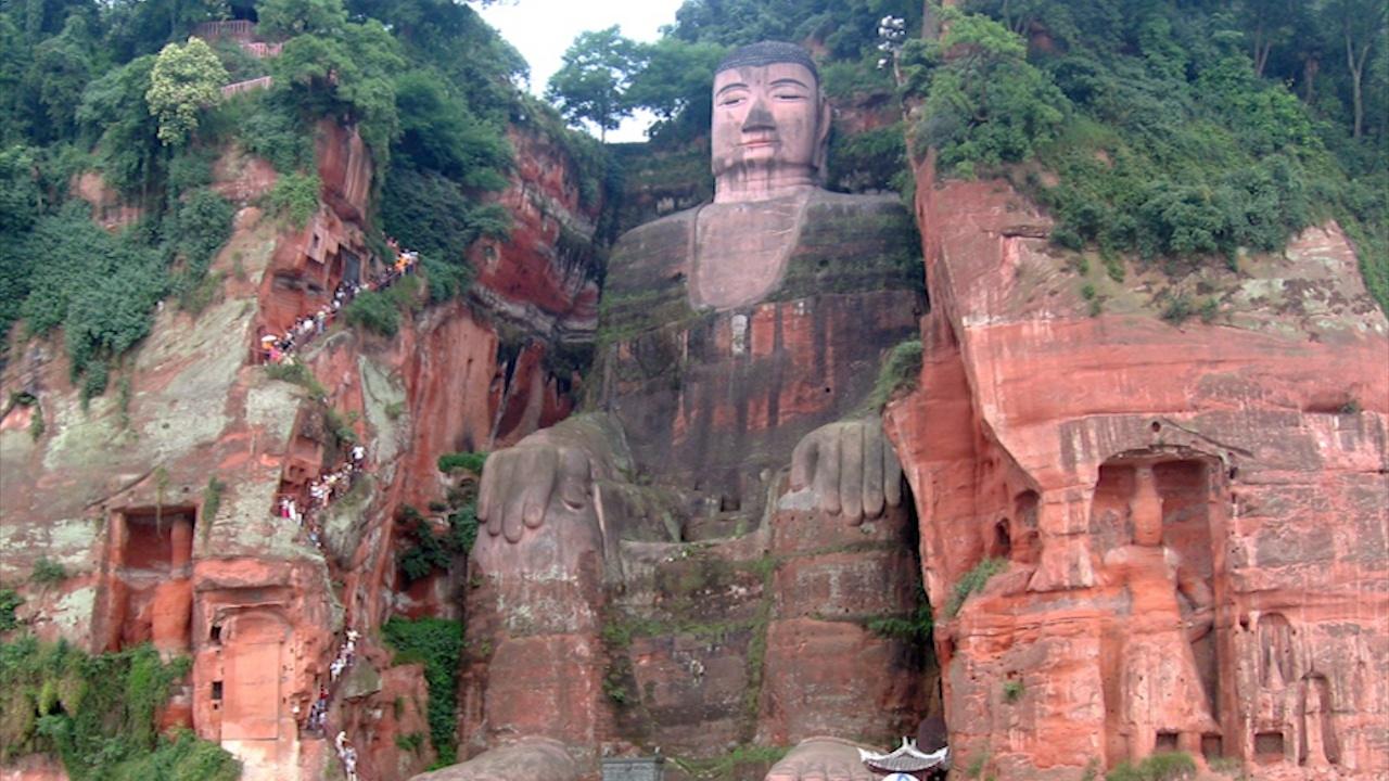 Nước lũ dâng đến chân tượng Phật cao nhất thế giới ở Trung Quốc