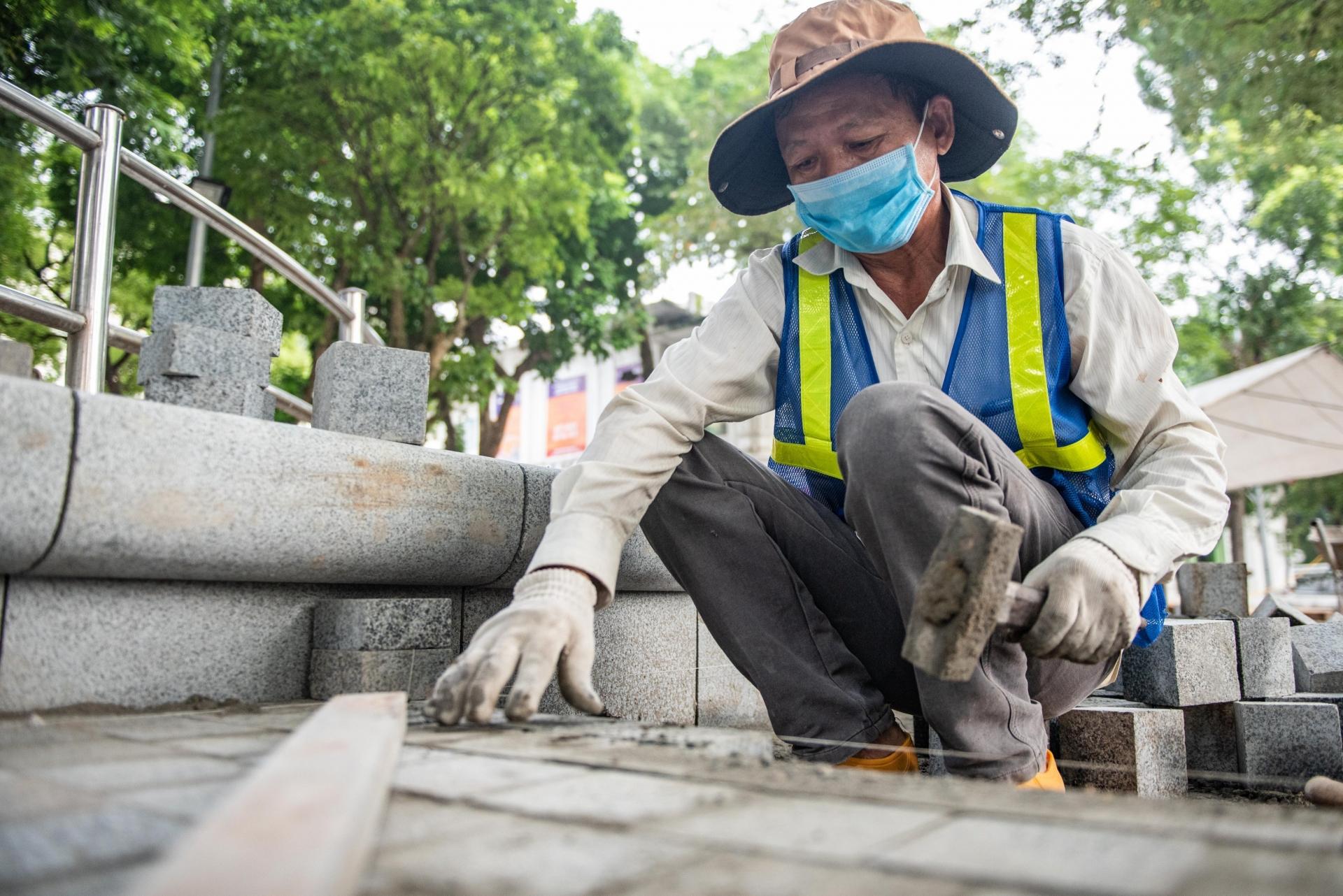 Chủ tịch quận Hoàn Kiếm cam kết chất lượng đá vỉa hè hồ Gươm