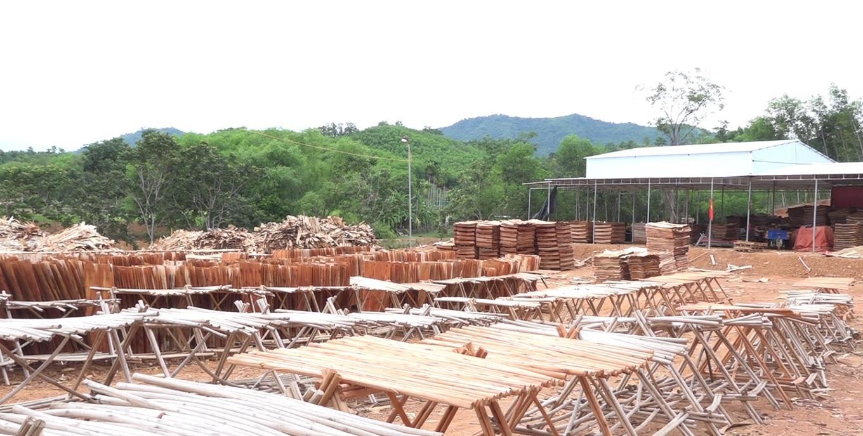 Nghệ An: Xưởng bóc gỗ không phép ngang nhiên hoạt động