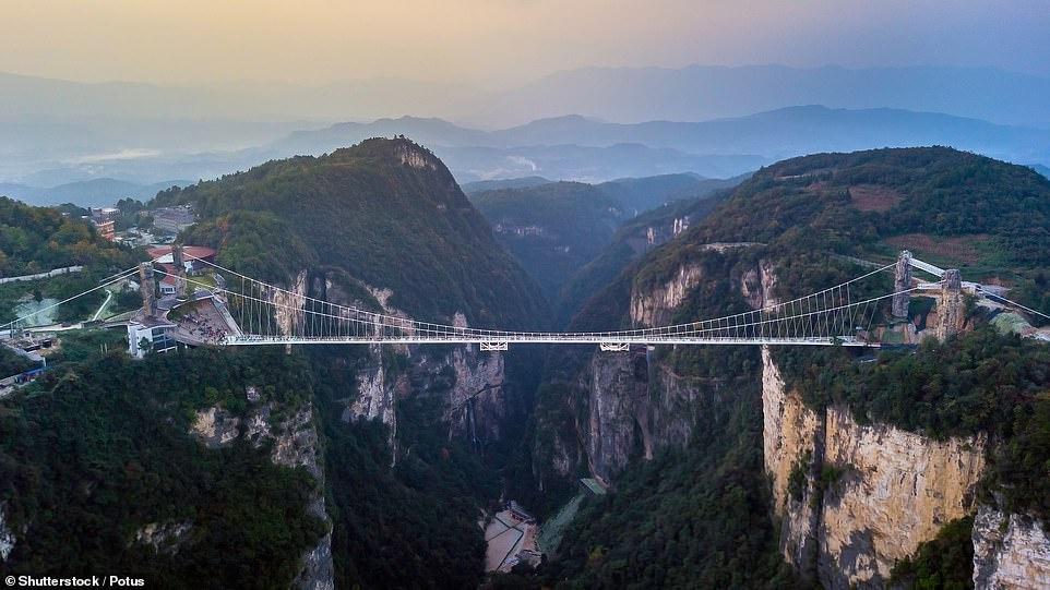 Cầu treo đáy kính cao 250 m ở Trung Quốc