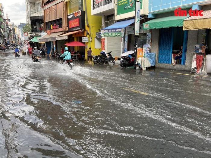 Cận cảnh phố tây Bùi Viện ngập nặng sau cơn mưa