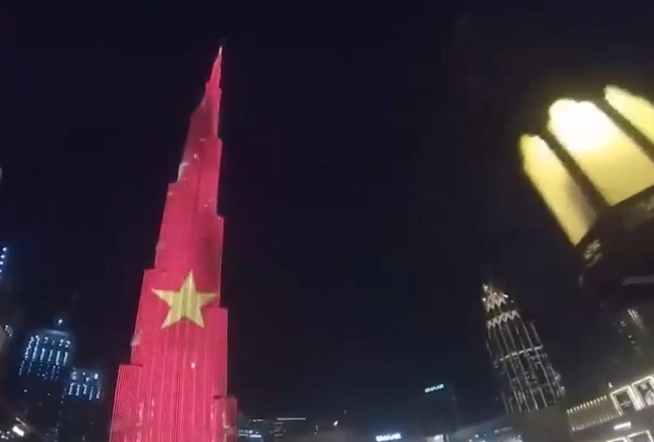 Cờ đỏ sao vàng Việt Nam bao phủ tháp Burj Khalifa