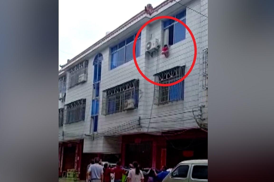 Hàng xóm đỡ bé gái 4 tuổi rơi từ tầng 3 ở Trung Quốc
