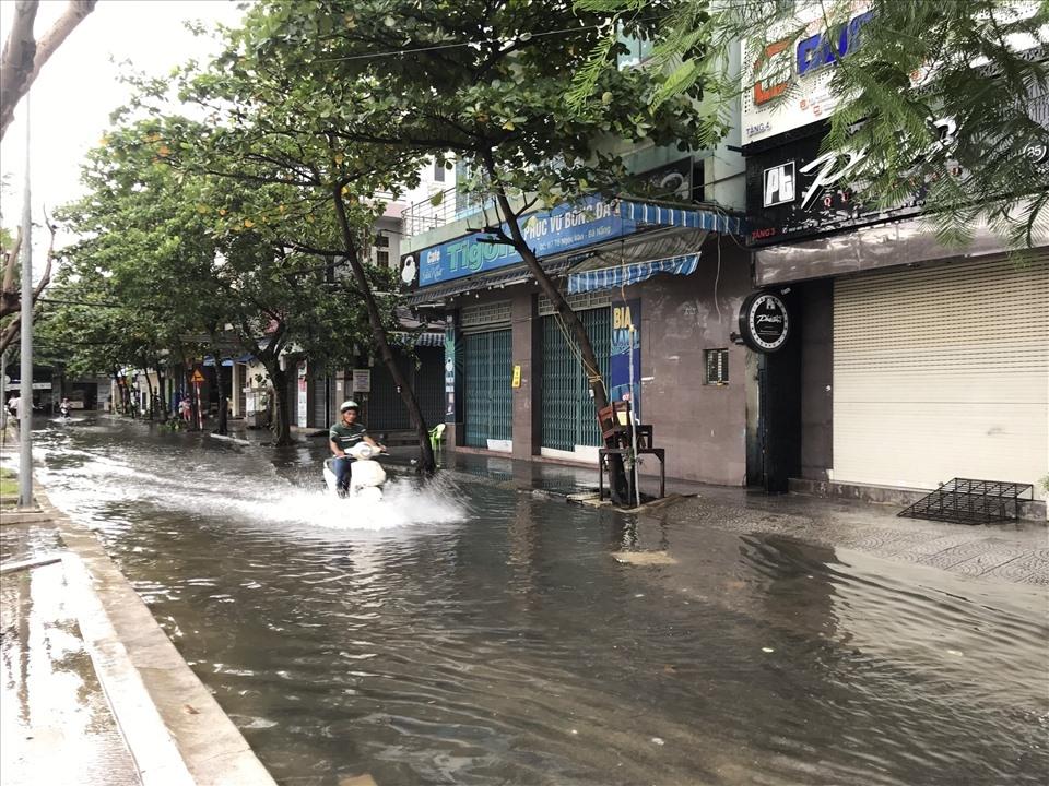 Nhiều tuyến phố Đà Nẵng ngập lụt cục bộ sau khi bão số 5 Noul đi qua
