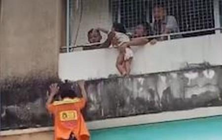 Giải cứu bé 2 tuổi leo ra ban công tầng 4 ở Thái Lan