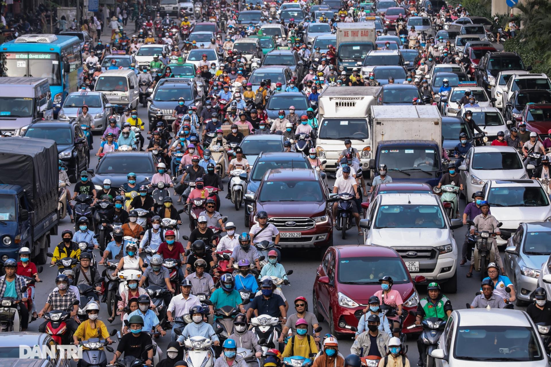 Đường phố Hà Nội ùn tắc nghiêm trọng trong sáng đầu tuần âm u