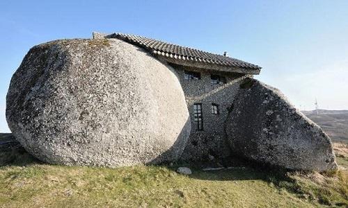 Ngôi nhà xây từ 4 khối đá cuội khổng lồ