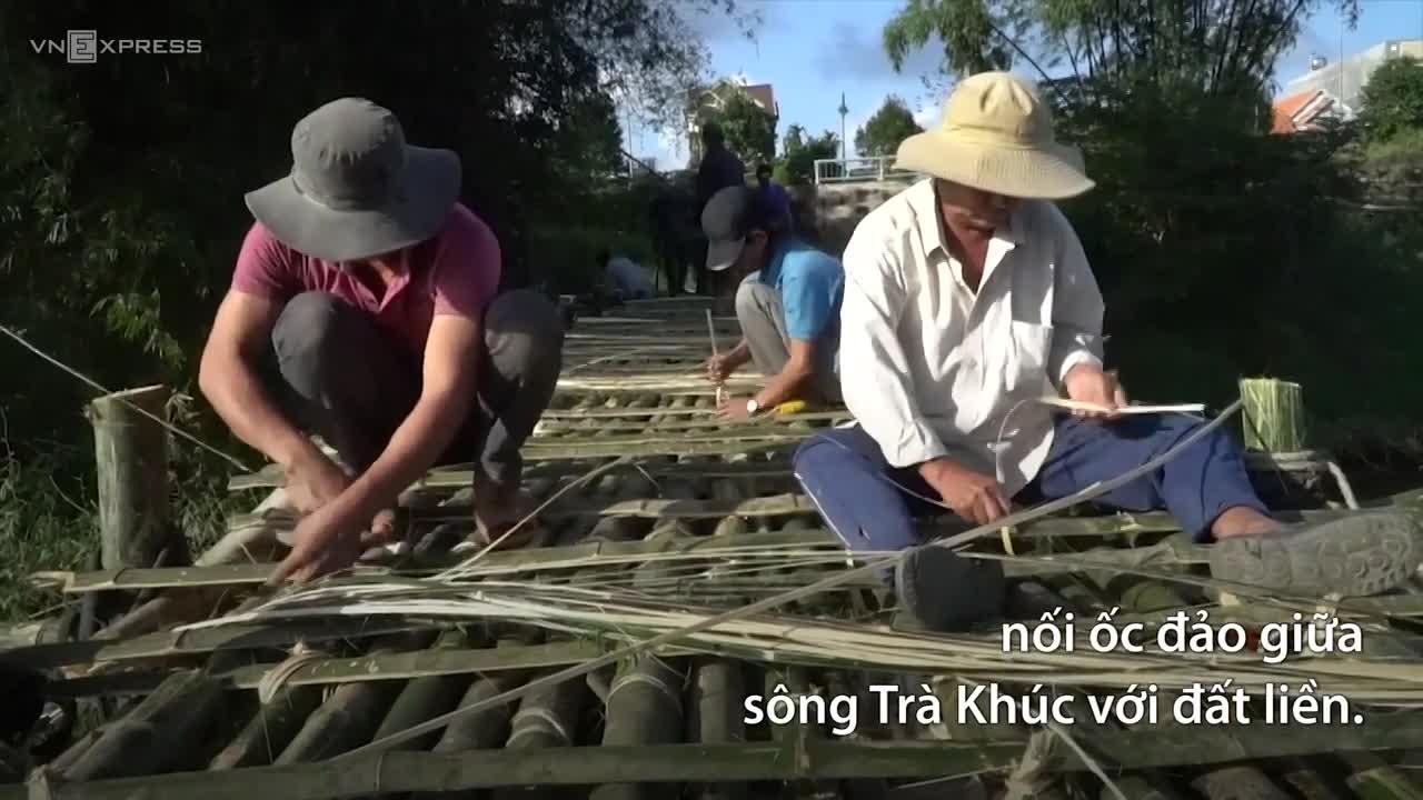 Cả xóm làm cầu tre dài 100 m trên sông Trà Khúc