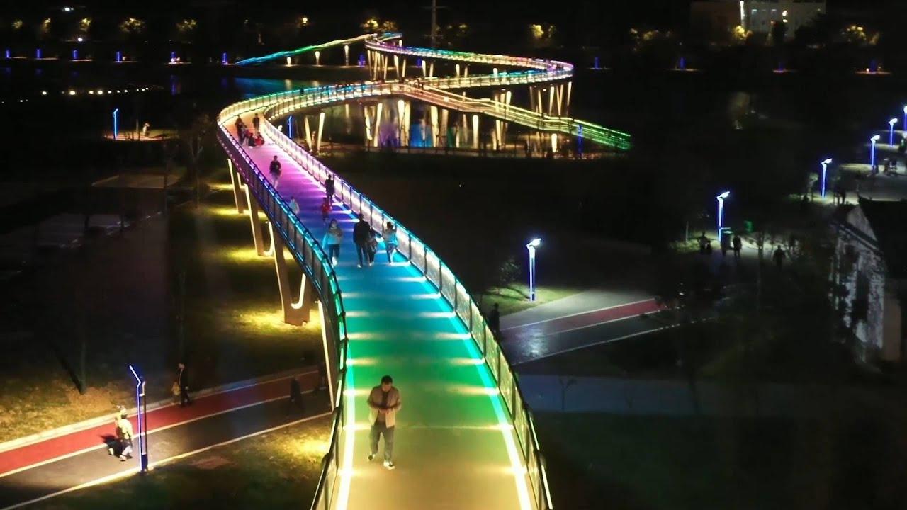 Cây cầu cầu vồng lung linh ánh sáng tại Trung Quốc