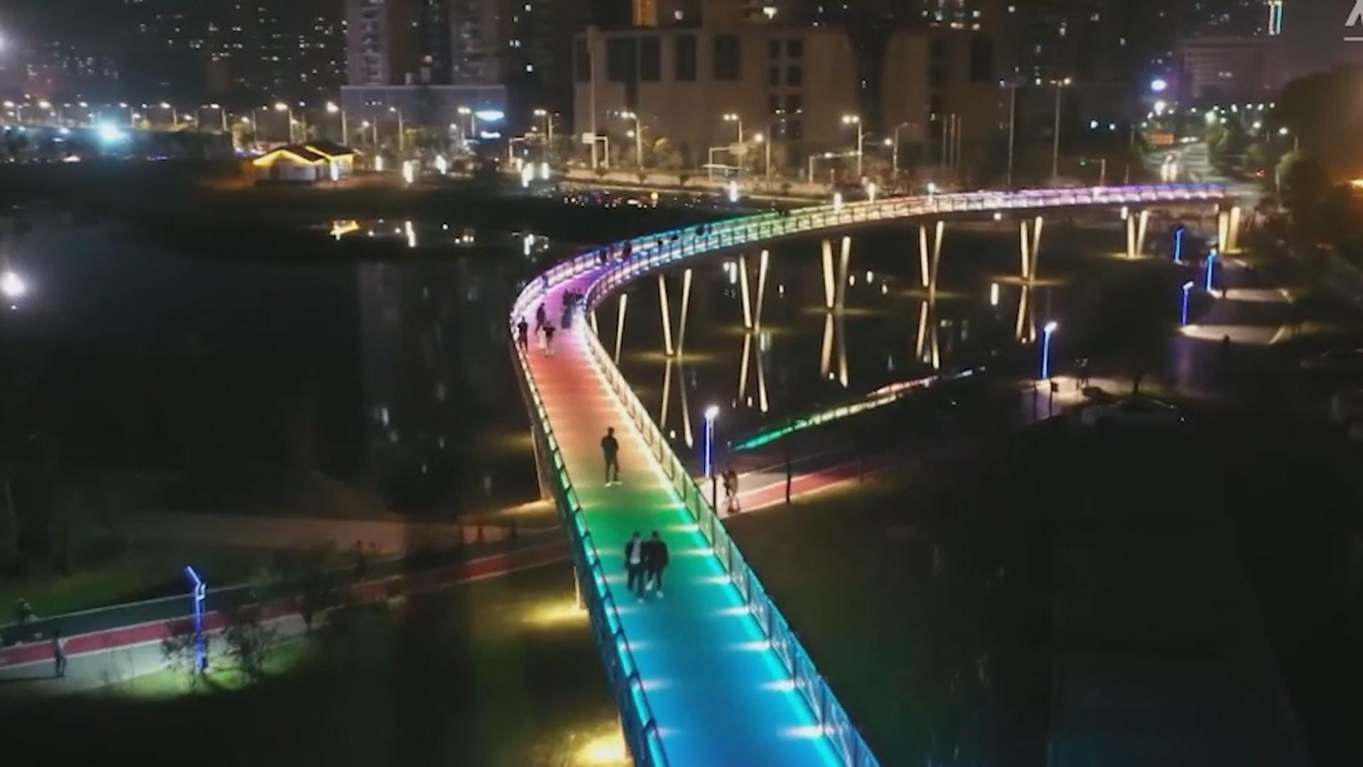 Cây cầu '7 sắc cầu vồng' ở Trung Quốc