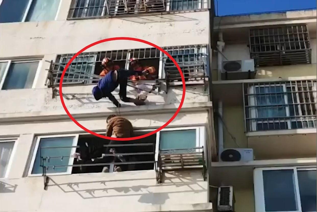 Giải cứu bé trai rơi từ tầng 6 ở Trung Quốc