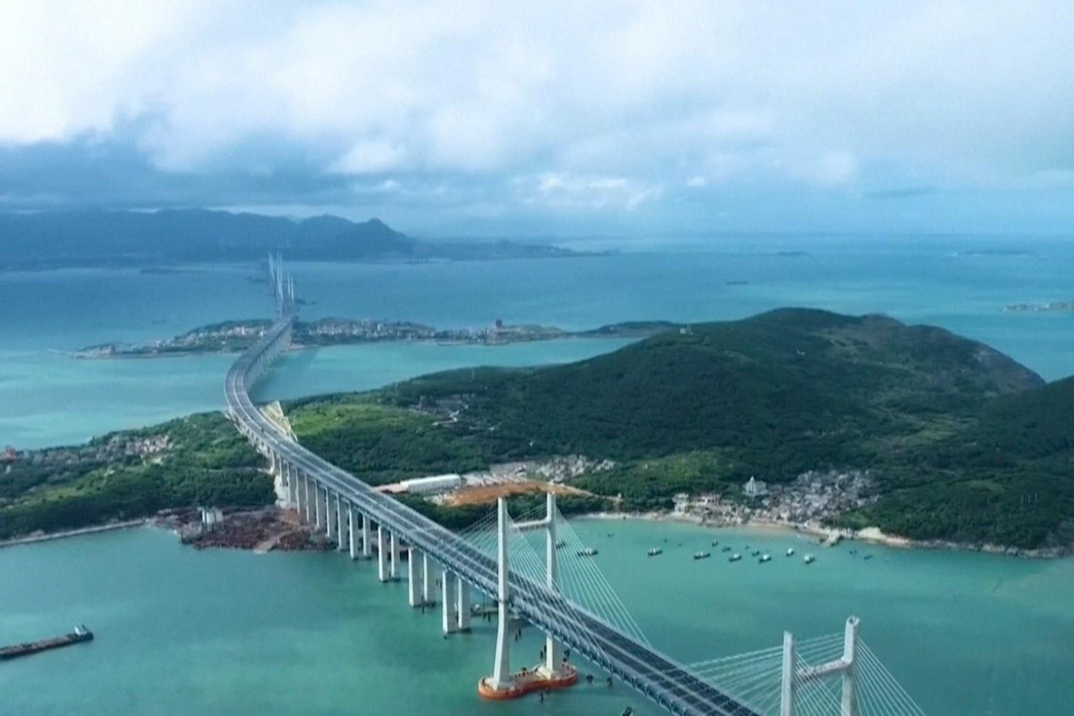 Cầu đường sắt xuyên biển dài nhất thế giới đi vào hoạt động