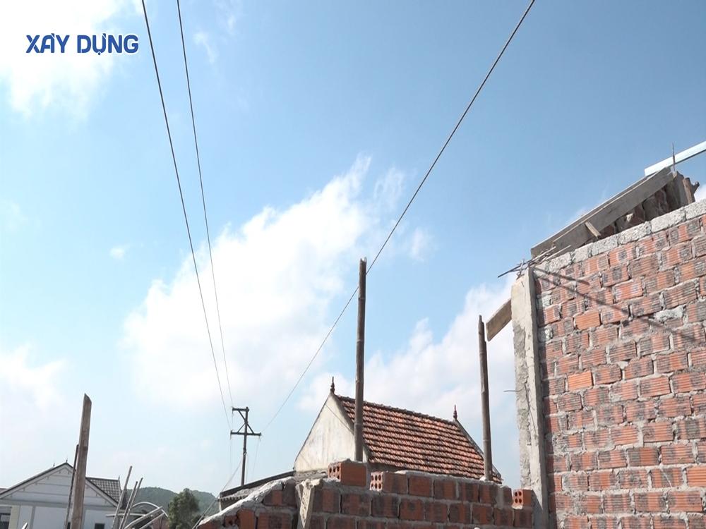Nghệ An: Hành lang điện nằm sát nhà dân, 1 người bị điện giật