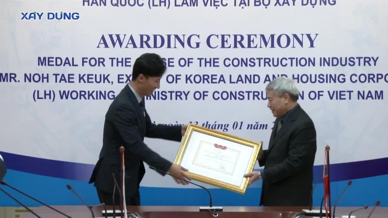 Thứ trưởng Bùi Phạm Khánh trao Kỷ niệm chương Vì Sự nghiệp xây dựng cho chuyên gia Hàn Quốc