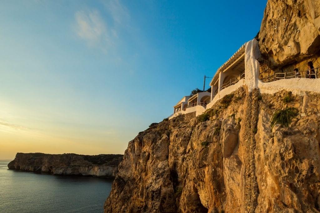 Quán bar cheo leo trên vách đá giữa biển