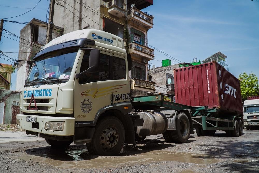 Ôtô tải, xe container 'cày' nát đường làng khi né trạm BOT
