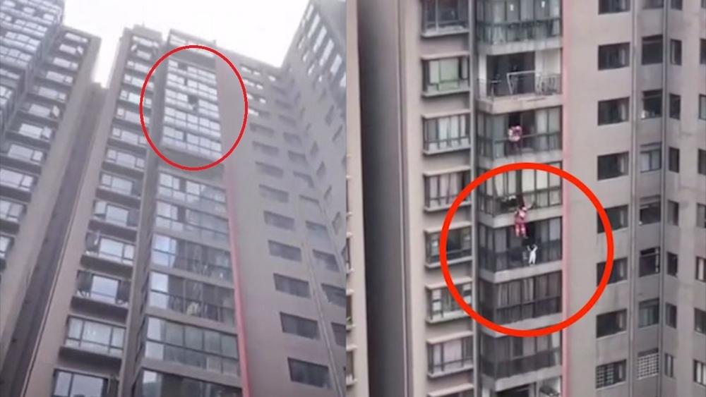 Lính cứu hỏa giải cứu cô gái treo lơ lửng trên tầng 13 của chung cư