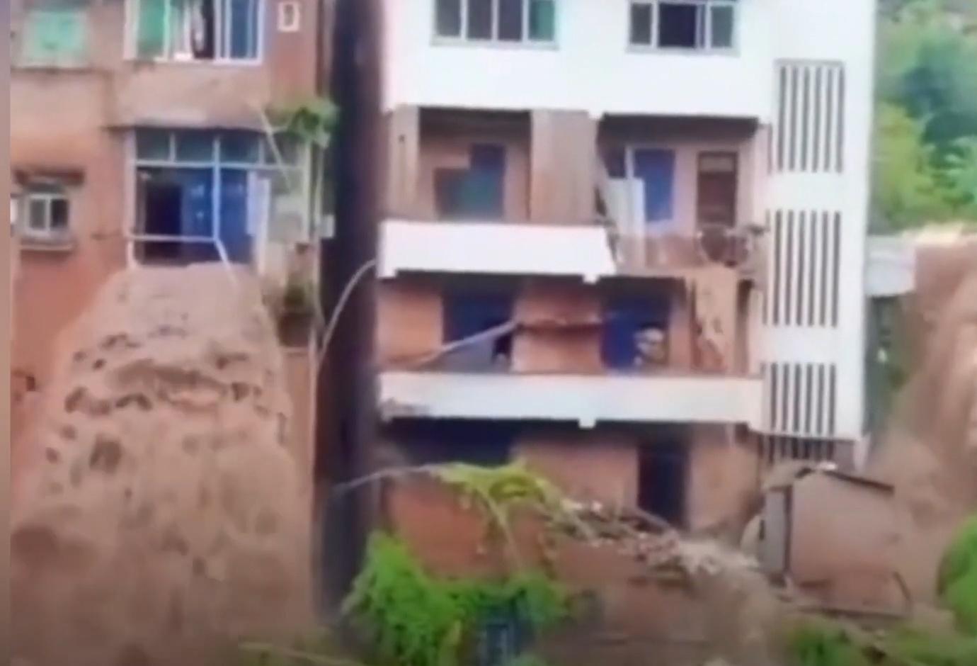 Mưa lũ gây lở núi, tạo thành thác nước ở Trùng Khánh