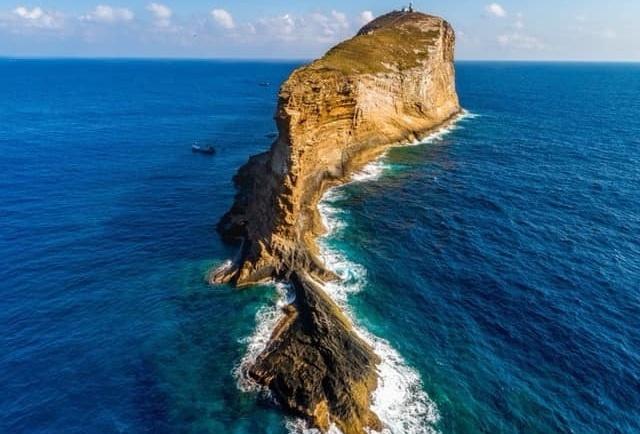 'Hòn đảo hình chiếc hài' có đường hầm xuyên qua ở Biển Đông