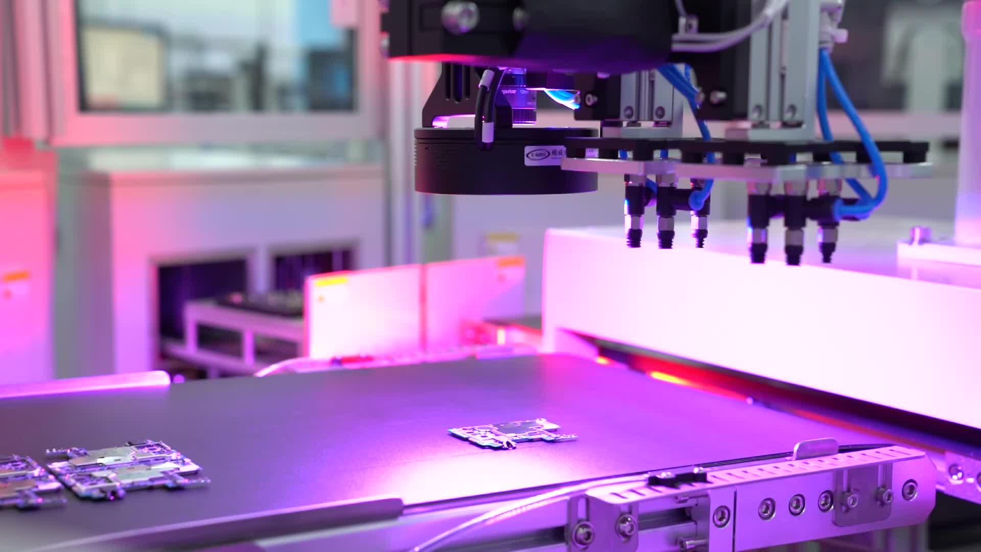 Choáng ngợp dàn robot hiện đại tại nhà máy sản xuất điện thoại Vsmart