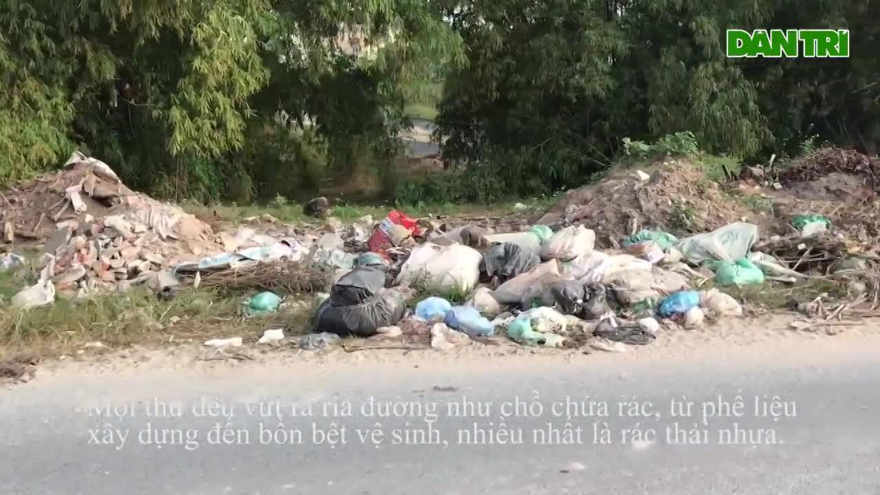 Báo động tình trạng ngập rác thải nhựa tại đê Hữu Hồng