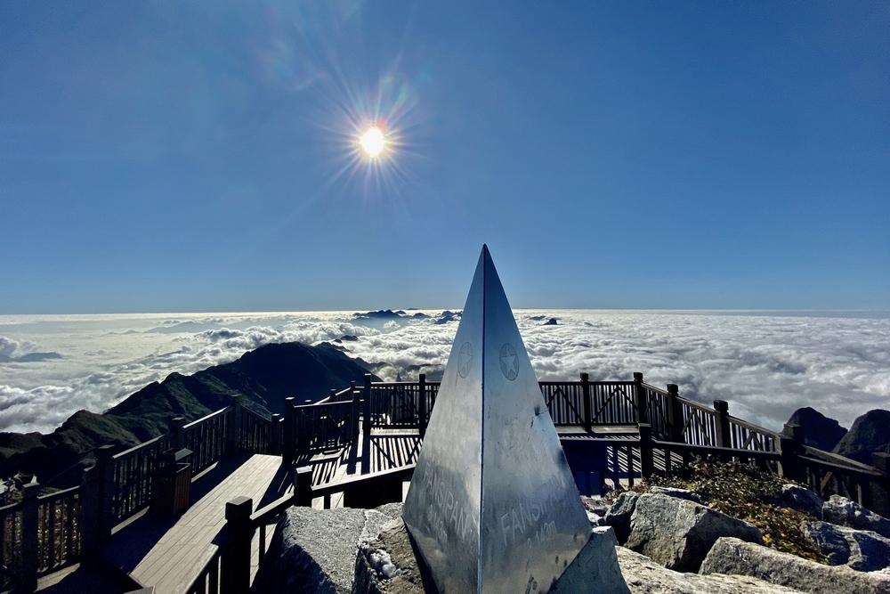 Những khoảnh khắc thiên nhiên kỳ thú trên Nóc nhà Đông Dương
