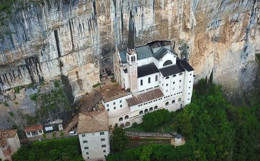 Nhà thờ nằm cheo leo vách núi cao hơn 500 m ở Italy