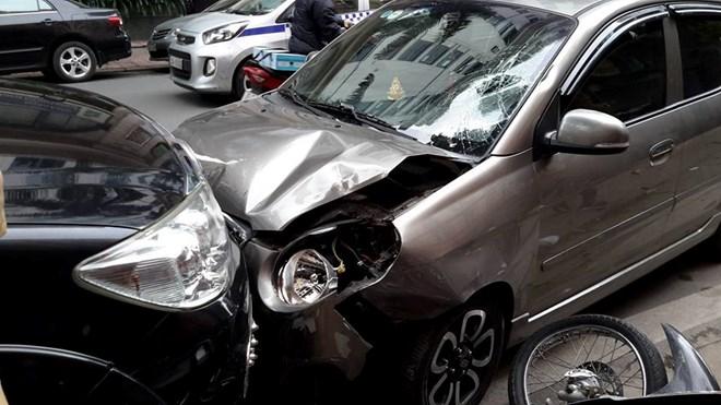 Hà Nội: Ôtô mất lái gây tai nạn khiến hai người bị thương nặng
