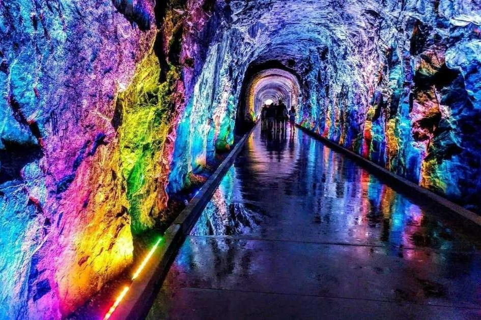 Đường hầm cũ biến thành con đường ánh sáng kỳ ảo ở Canada