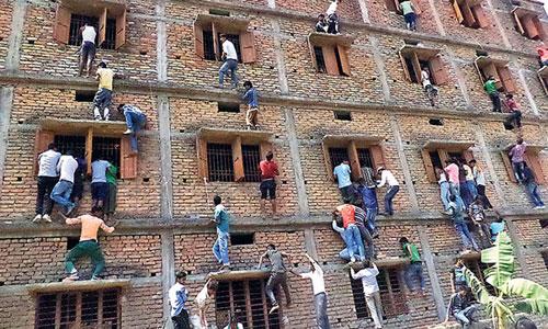 Phụ huynh Ấn Độ leo nhà cao tầng ném phao thi cho con