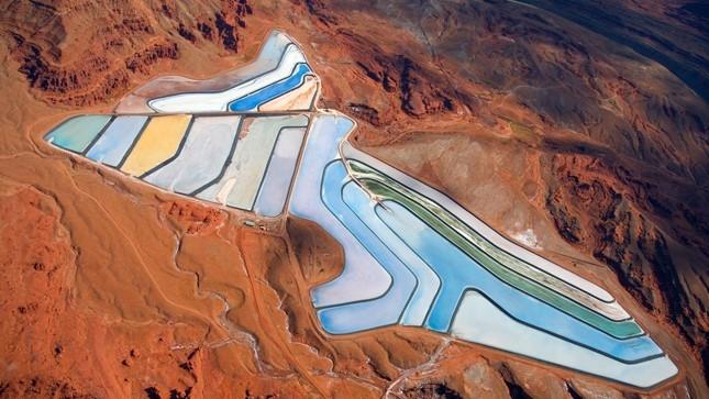 Bí ẩn hồ nước nhiều màu giữa sa mạc nước Mỹ
