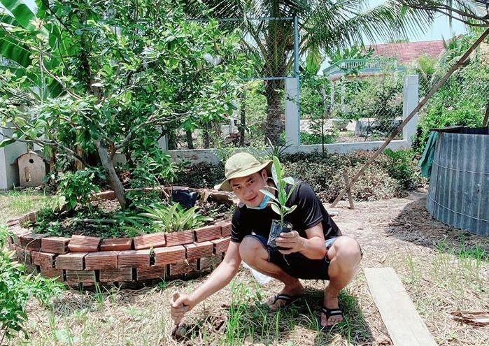Minh Luân trồng cây trên mảnh vườn 2.000 m2