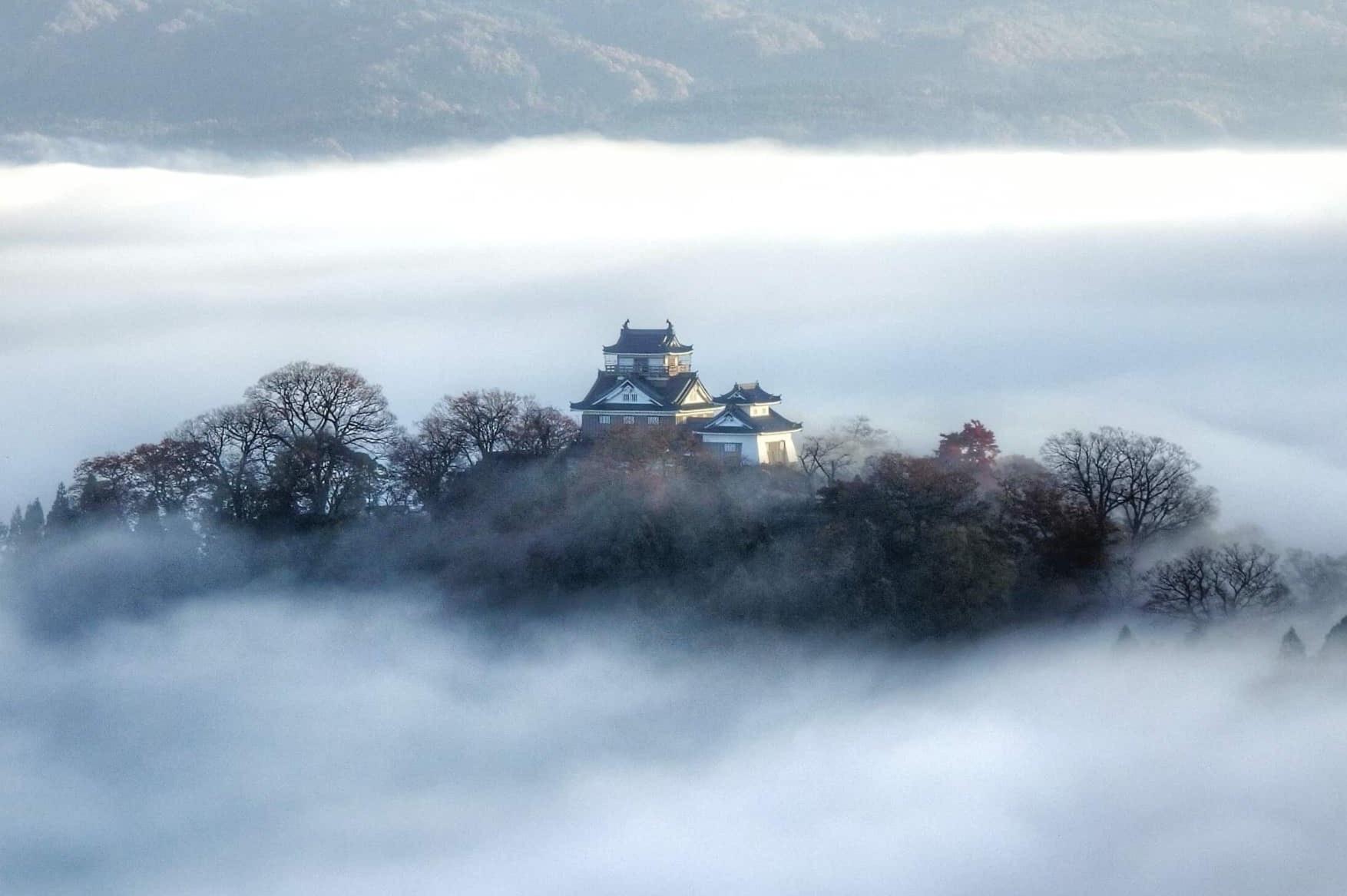 Lâu đài lơ lửng trong biển mây