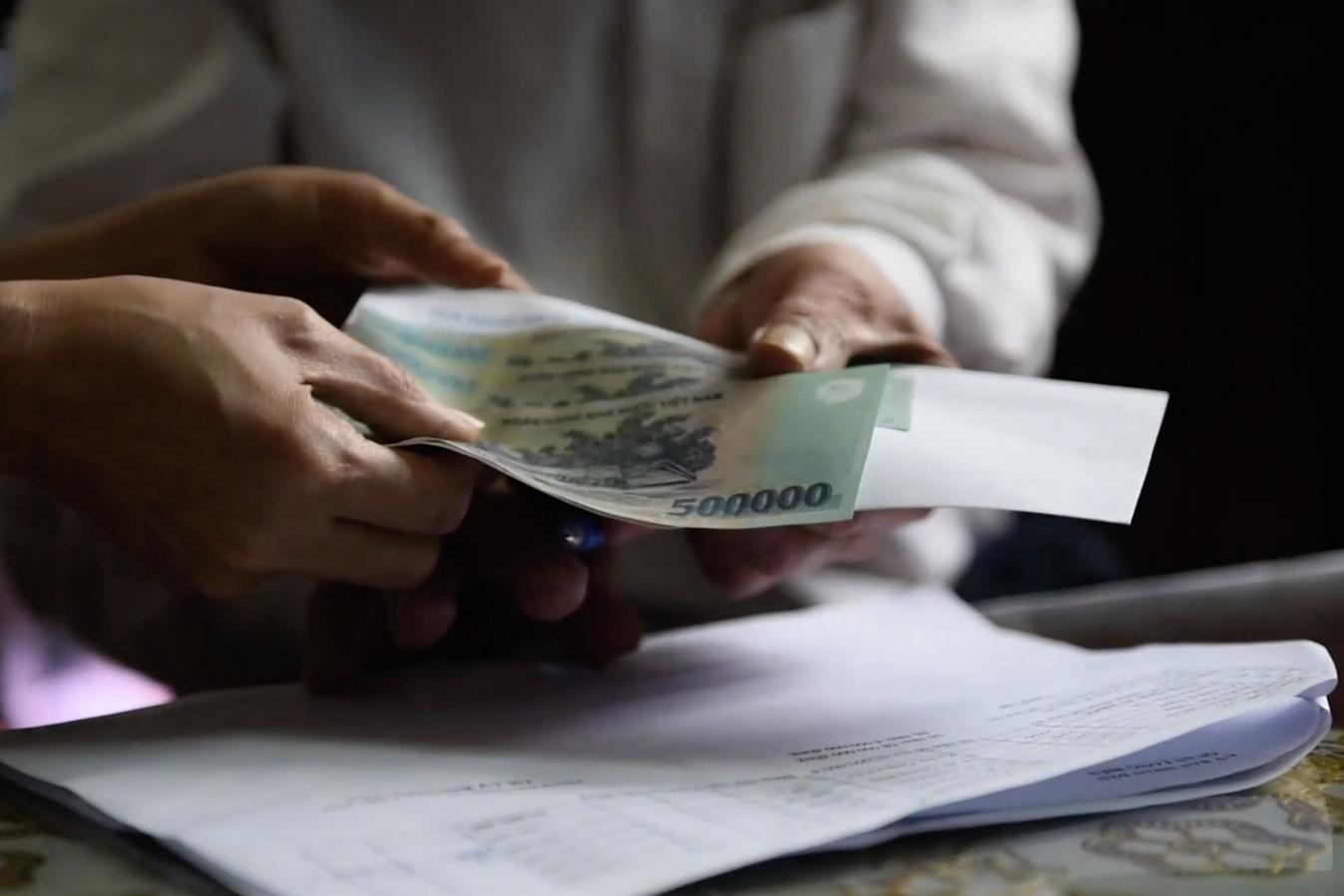 Tiền từ gói hỗ trợ 62.000 tỷ tới tận tay người gặp khó khăn do dịch
