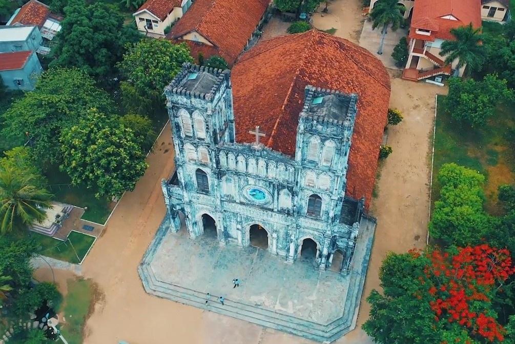 Nhà thờ màu xanh lưu giữ cổ vật độc nhất ở Việt Nam