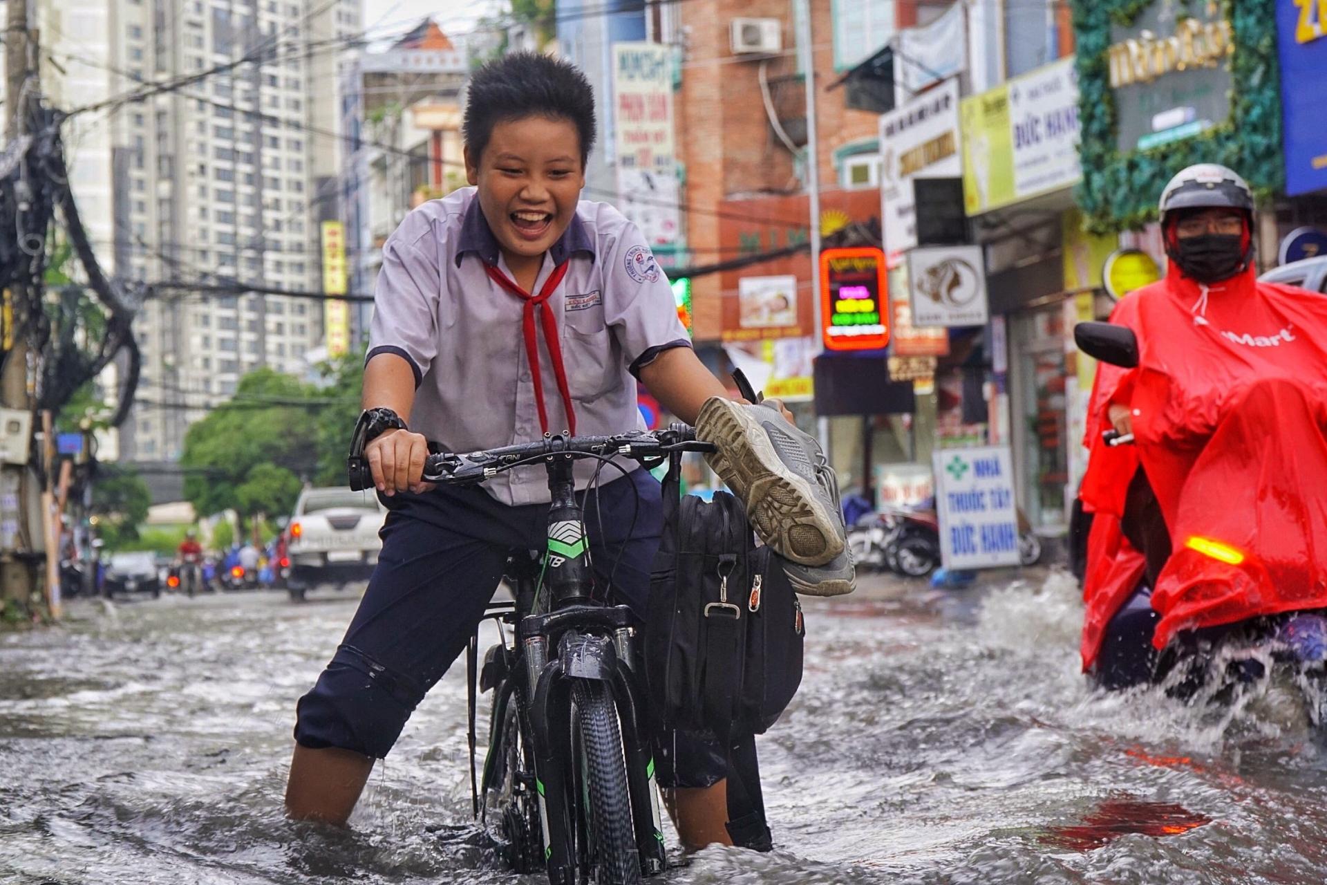 Đường Nguyễn Hữu Cảnh lại ngập sâu vì mưa lớn