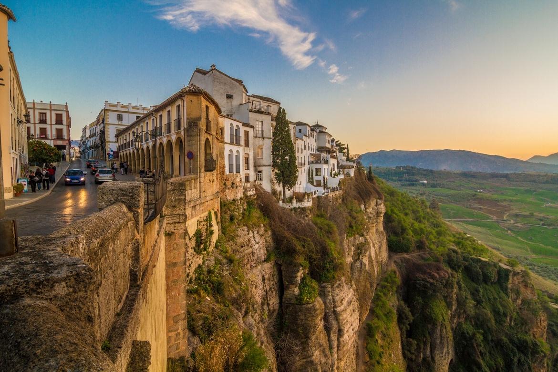 Thị trấn cổ xây dựng bên bờ hẻm núi sâu 120 m