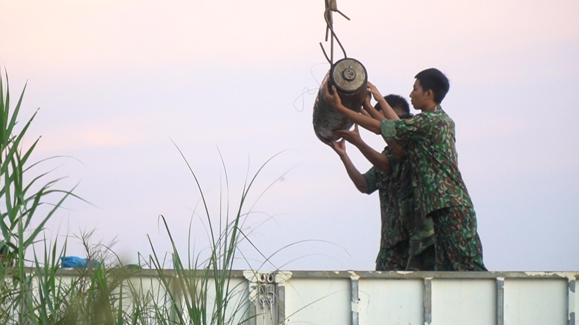 Trục vớt quả bom nằm gần cầu Long Biên