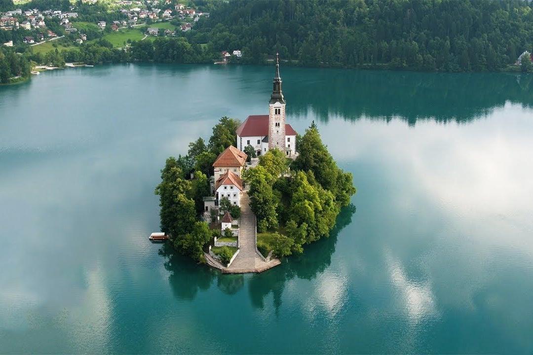 Nhà thờ nằm giữa hồ nước xanh như ngọc ở Slovenia